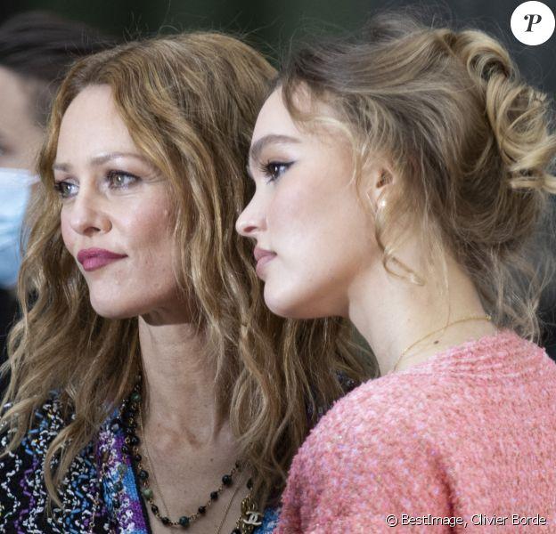"""Vanessa Paradis et sa fille Lily Rose Depp - Photocall du défilé de mode prêt-à-porter printemps-été 2021 """"Chanel"""" au Grand Palais à Paris. © Olivier Borde / Bestimage"""