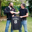 Sébastien Chabal remet un maillot floqué au journaliste de l'interview plaquage...