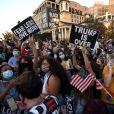 Les partisans du président élu Joe Biden se rassemblent sur la place Black Lives Matter Plaza alors que la nation célèbre la victoire de Joe Biden à Washington DC le 7 novembre 2020.