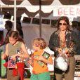 Ben Presley, agé de 8 ans avec sa soeur, Danielle Keough et sa mère Lisa Marie Presley à Malibu en l'an 2000