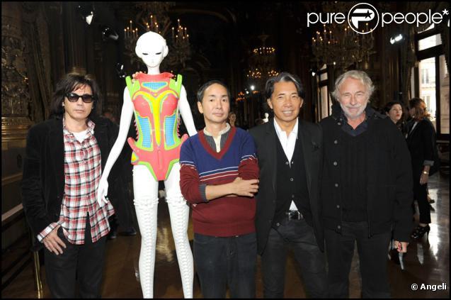 Jean-Michel Jarre, Yoshiki Hishinuma, Kenzo Takada et Pierre Richard lors de l'exposition La Naissance d'Eve 9002 dans l'Opéra Garnier le 3 octobre 2009