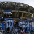 Le stade de Naples officiellement rebaptisé du nom de Diego Armando Maradona - La légende du football argentin est décédé à l'âge de 60 ans. Les fans devant le stade San Paolo rendent hommage à leur ancien footballeur à Naples, le 26 novembre 2020.