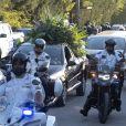 Le cortège funéraire transportant le cercueil de Diego Maradona arrive au cimetière Bella Vista à Buenos Aires, après avoir traversé les rues de la capitale devant une foule nombreuse. Le 26 novembre 2020