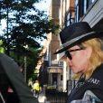 Exclusif - Madonna sort à l'aide d'une béquille de l'hôpital King Edward VII à Londres sans la moindre protection pendant l'épidémie de Coronavirus Covid-19, le 29 mai 2020