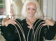 Cette femme a les ongles les plus longs du monde ! Ils mesurent 8 mètres ! Regardez !
