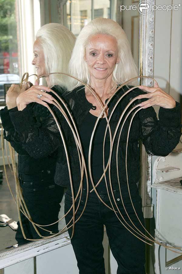 Cette femme a les ongles les plus longs du monde ! Ils