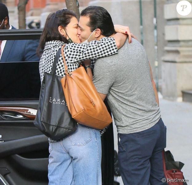Katie Holmes et son compagnon Emilio Vitolo Jr., très amoureux, s'embrassent à New York
