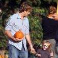 Larry Birkhead et sa fille Dannielynn (enfant d'Anna Nicole Smith), se baladent à la  Mr Bones Pumpkin Patch  de Beverly Hills. 11/10/09
