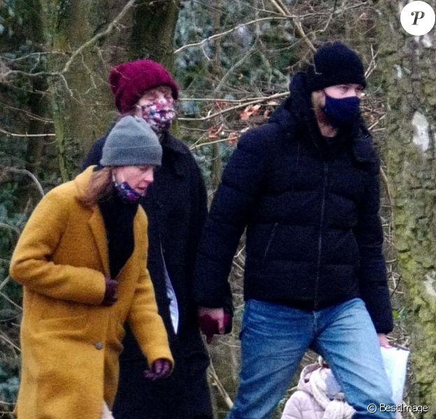 Exclusif - Taylor Swift et son compagnon Joe Alwyn se promènent avec la mère de Joe dans les rues de Londres.