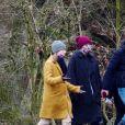 Exclusif - Taylor Swift et son compagnon Joe Alwyn se promènent avec la mère de Joe dans les rues de Londres, le 11 janvier 2021.