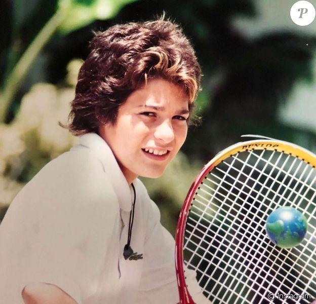 Mais qui est ce jeune homme adepte du tennis ayant fait carrière comme chanteur ? Photo postée sur Instagram.