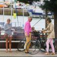 Le roi Philippe de Belgique, la reine Mathilde de Belgique et la princesse héritière Elisabeth de Belgique se baladent sur le port de Joinville sur l'îe-d'Yeu, France, le 4 août 2017, lors de leurs vacances en famille.