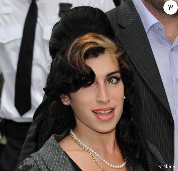 Amy Winehouse arbore une nouvelle poitrine dont elle est très fière...