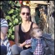 Jessica Alba et sa fille Honor Warren en pleine réflexion pour choisir leur citrouille d'Halloween le 22 octobre 2009