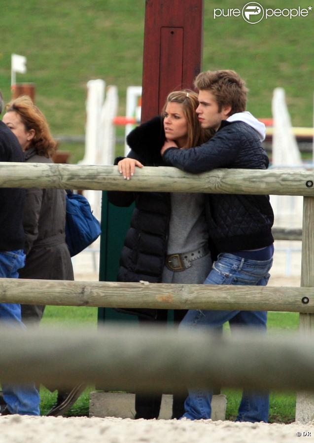 Sophie Tapie et Giovanni Castaldi passent leur dimanche à Bougival en famille. Le 11/10/09