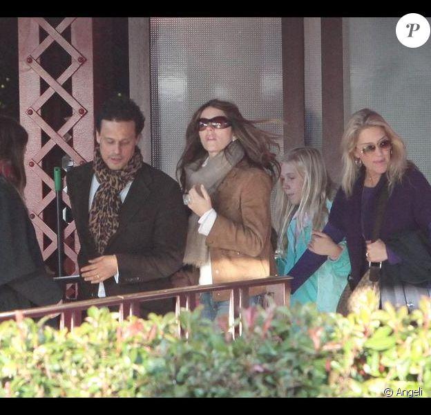 Elizabeth Hurley, son mari Arun Nayar et son fils Damian passent la journée ensemble à Disneyland Resort Paris le 25 octobre 2009