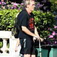 Exclusif - Hugh Laurie a été aperçu en trottinette dans les rues de Londres, le 5 juillet 2018.