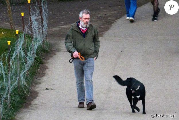 Exclusif - Hugh Laurie promène son chien à Londres le 13 mars 2021.