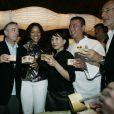 Robert de Niro et sa femme Grace Hightower sont au côté du chef japonais Nobu Matsuhisa à l'occasion de l'ouverture du restaurant Nobu à Santa-Fe, Mexico le 25 octobre 2009