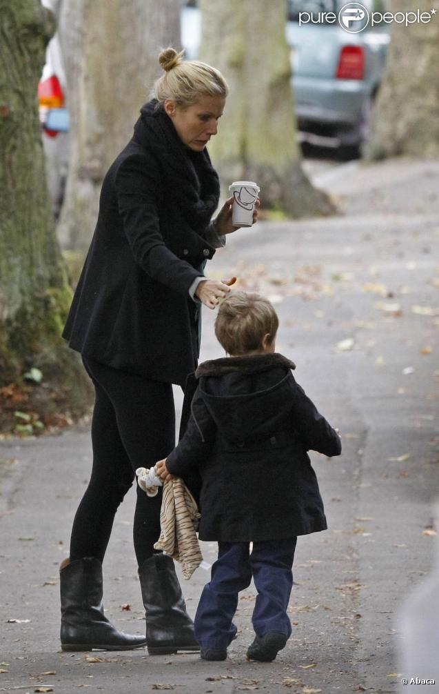 Gwyneth Paltrow emmène son fils Moses - qu'elle a eu avec Chris Martin, le leader de Coldplay - à l'école le 12 octobre 2009 à New York