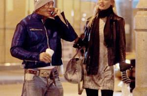 EXCLU : Mickey Rourke sort sa très jeune petite amie... et utilise son Woofy comme sac à main !