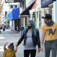 Hilary Duff enceinte et son mari Matthew Koma font du shopping avec leur fille Banks à Studio City le 13 mars 2021.