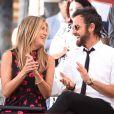 Jennifer Aniston et Justin Theroux lors de la cérémonie d'inauguration de l'étoile de leur ami Jason Bateman sur le Hollywood Walk of Fame à Los Angeles le 26 juillet 2017.