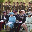 La reine Elisabeth II d'Angleterre lors d'une commémoration au National Memorial Arboretum à Stafford le 17 mai 2016. Elle rend hommage aux soldats du régiment Lancaster tués en Afghanistan.