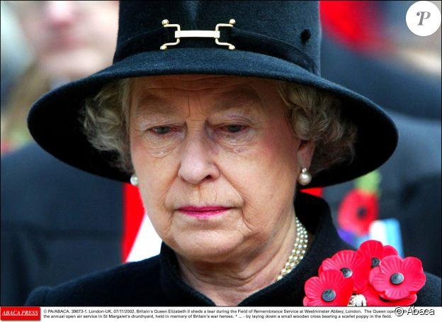 Elizabeth II émue aux larmes lors de la cérémonie du souvenir (Remembrance Service) à l'Abbaye de Westminster, à Londres en 2002.