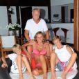 Exclusif - Yves Rénier pose avec sa femme Karin et leurs fils Jules et Oscar dans leur maison de Saint-Barthélémy