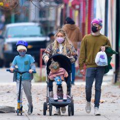 Exclusif - Hilary Duff enceinte se promène avec son mari Matthew Koma, son fils Luca et leur fille Banks Violet Bair dans les rues de New York, le 29 novembre 2020.