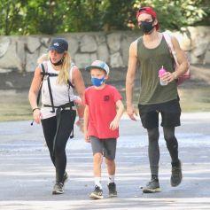 Exclusif - Hilary Duff se balade avec son mari Matthew Koma, sa fille Banks et son fils Luca dans le quartier de Los Feliz à Los Angeles pendant l'épidémie de coronavirus (Covid-19), le 20 septembre 2020.