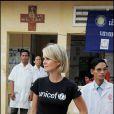 Laeticia Hallyday visitant un centre de santé dans un village reculé lors de son voyage au Cambodge pour l'Unicef le 1er octobre 2009