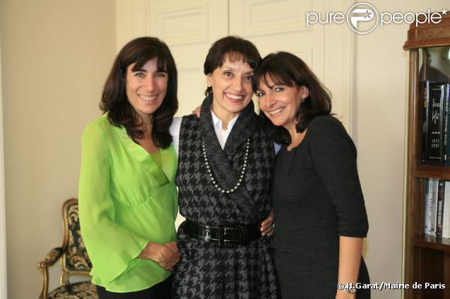 Anne Hidalgo, Première Adjointe au Maire de Paris (à droite), a reçu la chanteuse espagnole Luz Casal (au centre), à l'Hôtel de Ville de Paris, le  9 novembre 2009 avec la chorégraphe espagnole Blanca Li (à gauche)
