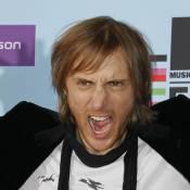 David Guetta, victime d'une panne technique en plein concert... s'improvise électricien !