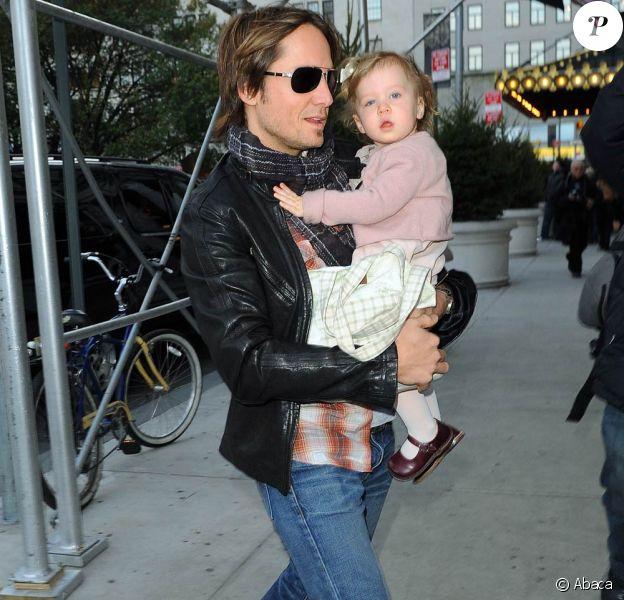 Keith Urban et la petite Sunday Rose se promènent dans les rues de New York le 15 novembre 2009