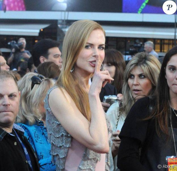 Nicole Kidman a de jolies petites formes et en joue auprès des photographes, laissant suggérer qu'elle serait enceinte... sur le tapis rouge des 37e American Music Awards de Los Angeles, le 22 novembre 2009.