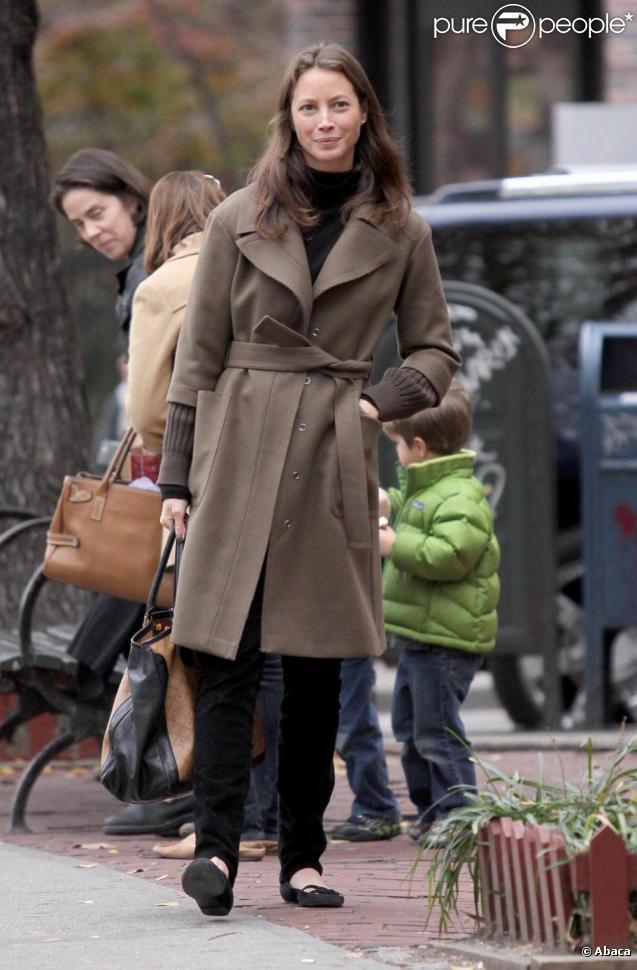 Christy Turlington dans les rues de New York avec sa fille Grace le 23/11/09