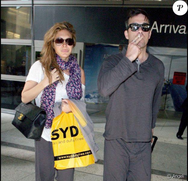 Robbie Williams arrive à l'aéroport de Los Angeles, vendredi 27 novembre, de retour de Sydney (Australie) où il était pour assurer la promo de son nouvel album, accompagné de celle qu'il présente comme sa future femme Ayda Field...