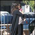 Camila Alves, très enceinte, va à la banque avec son fils Levi McConaughey à Simi Valley le 21 novembre 2009