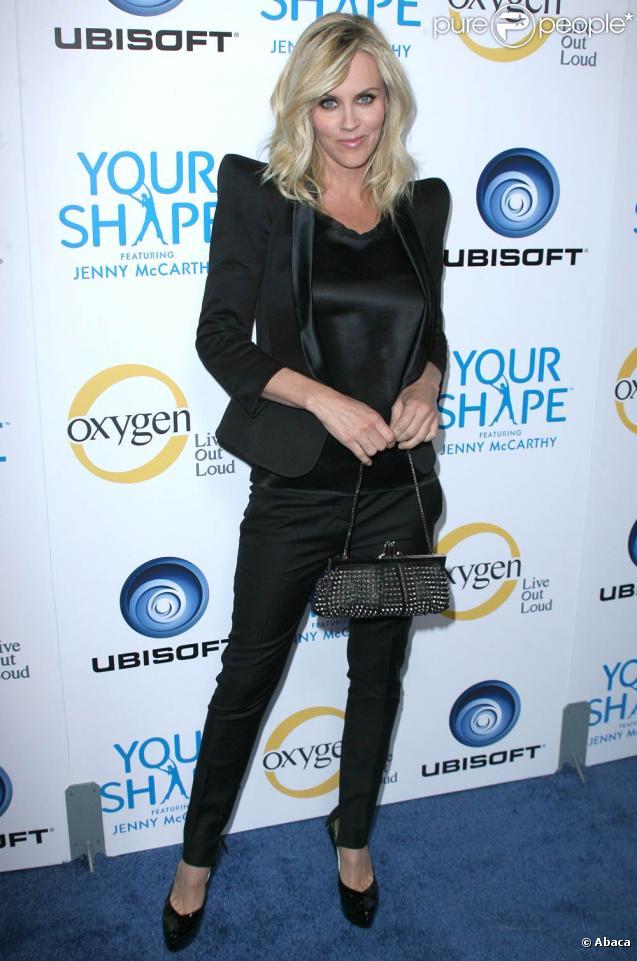 La belle Jenny McCarthy pour le lancement du jeu  Your Shape , disponible sur Wii, qui s'est tenu au Hyde Lounge de Los Angeles, le 2 décembre 2009.