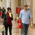 Megan Fox accompagnée de son boyfriend Brian Austin Green et de Kassius, fils de ce dernier. Cette joyeuse tribu était de sortie le 18 novembre pour déguster un bretzel dans un centre commercial de Los Angeles.