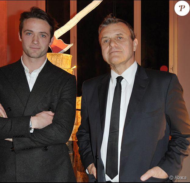 Louis-Marie et Jean-Charles de Castelbajac lors de la vente aux enchère des Sapins de créateurs qui se tient à la Cité de l'architecture le 8 décembre 2009 à Paris