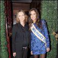 Malika Ménard, Miss France 2010, et Sylvie Tellier, lors d'une soirée chez Castel à Paris le 9 décembre 2009