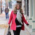 Rebecca Gayheart, dont le ventre s'arrondit, s'offre une petite séance de shopping dans les rues de Beverly Hills, vendredi 11 décembre.