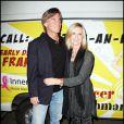 """Olivia Newton-John et son mari John Easterling lors de la soirée pour la fondation """"Cancer Schmancer Movment"""" de Fran Drescher au Théâtre The Million Dollar à Los Angeles le 13 décembre 2009"""