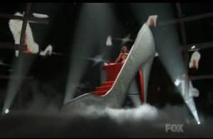 Regardez Jenifer Lopez passer sa commande au Père Noël, enfermée dans un escarpin géant... un Louboutin, bien entendu !