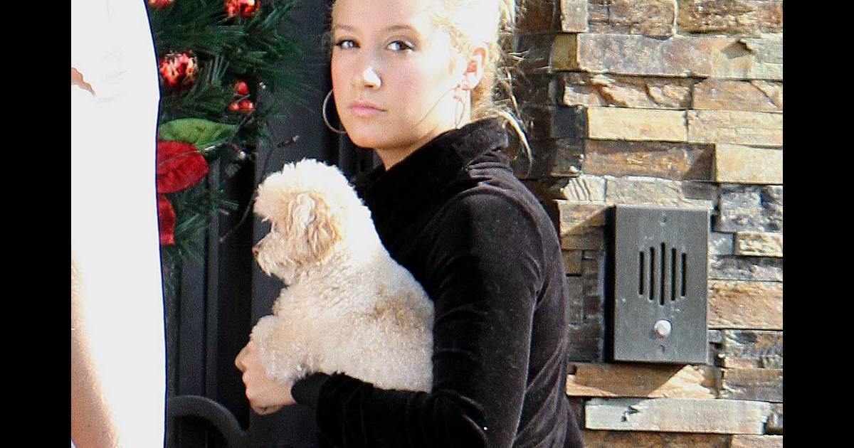 ashley tisdale quitte sa maison avec son boyfriend scott spear et son chien maui toluca lake. Black Bedroom Furniture Sets. Home Design Ideas