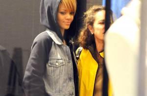 Regardez Rihanna jouer les Mères Noël de luxe, avec un air rêveur... Mais à qui pense-t-elle ?