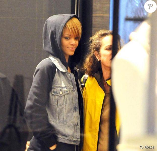 Rihanna fait du shopping chez Barney's New York à Beverly Hills le 22 novembre 2009